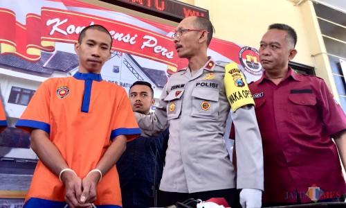 Wakapolres Batu Kompol Zein Mawardi (tengah) saat bertanya kepapa tersangka oknum penipuan seleksi CPNS di halaman Polres Batu, Kamis (5/9/2019). (Foto: Irsya Richa/MalangTIMES)