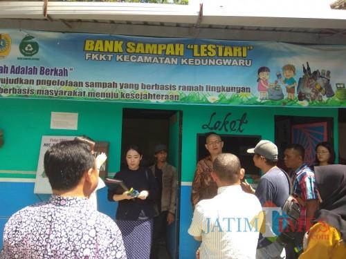 pemilik pabrik palstik asal korea, Mr. Kim (batik coklat) melihat bank sampah di Kecamatan Kedungwaru (foto : dok. Kecamatan Kedungwaru)