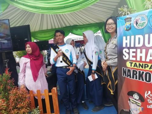 Duta cilik anti narkoba dari SMPN Islam Ngebruk, Sumberpucung, saat menyosialisasikan narkoba di stand Dinas Pendidikan Kabupaten Malang (Nana)