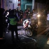 Petugas Satlantas Polres Kediri Kota ketika melakukan olah TKP. (Foto: Bambang Setioko/JatimTIMES)