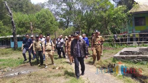 Bupati Lumajang H. Thoriqul Haq ketika mengunjungi Ranu Pane pekan lalu  (Foto : Moch. R. Abdul Fatah / Jatim TIMES)