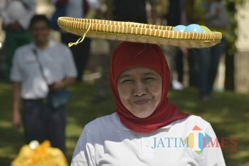 Gubernur Jatim Khofifah Indar Parawansa saat mengikuti lomba-lomba kemerdekaan. (Foto: Facebook)