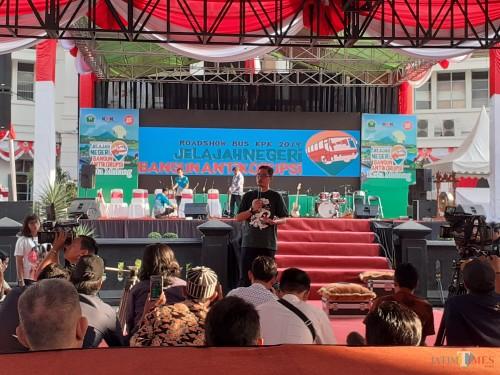 Suasana Tanya Jubir KPK dalam Roadshow Bus KPK 2019 di Halaman Balai Kota Malang. (Arifina Cahyanti Firdausi/MalangTIMES)