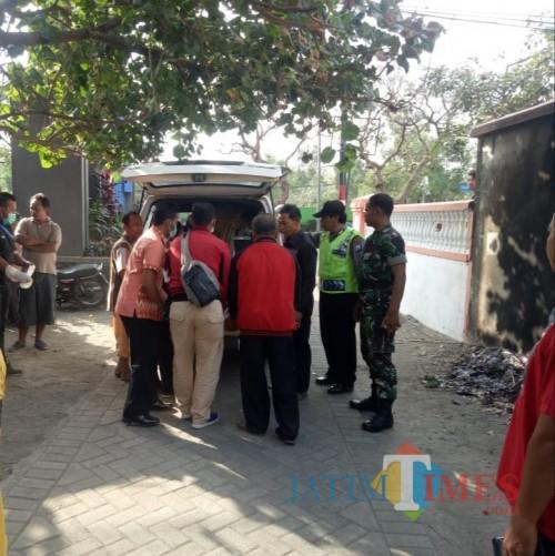 Mayat warga Papua saat dilakukan evakuasi dari TKP ke rumah sakit. / Foto : Dokpol / Tulungagung TIMES