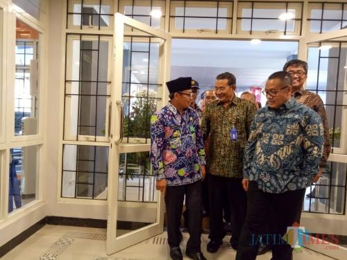 (Dari kiri ke kanan) Wali Kota Malang Sutiaji, Rektor UB Nuhfil Hanani, dan Dirjen Penyediaan Perumahan Kementerian PUPR Khalawi Abdul Hamid. (Foto: Imarotul Izzah/MalangTIMES)
