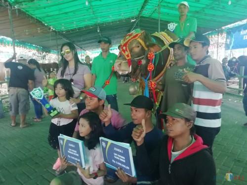 Para pemenang kontes ternak sapi berpose setelah acara pemberian hadiah oleh Plt Bupati Malang Sanusi. (Nana)