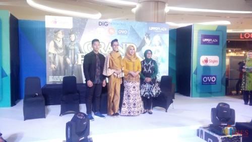 Yuni Aophia (ketiga dari kiri) bersama desainer asal Nganjuk saat memperkenalkan batik sebelum acara Jember Fashion Society di Lippo Mall Jember (foto : Moh. Ali  Makrus/ JatimTIMES)