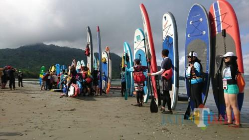 Persiapan peserta ikuti Stand Up Paddle Touring di Pantai Mutiara