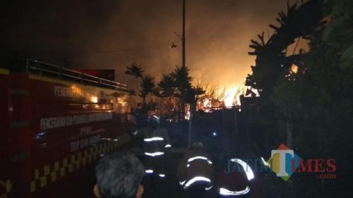 Petugas pemadam kebakaran beserta warga dan anggota kepolisian saat berupaya memadamkan api (Foto : PPBK Kabupaten Malang for MalangTIMES)