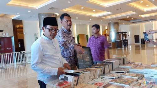 Wali Kota Malang Sutiaji (kenakan kemeja putih) saat hendak membeli buku (foto: Pipit Anggraeni/MalangTIMES).