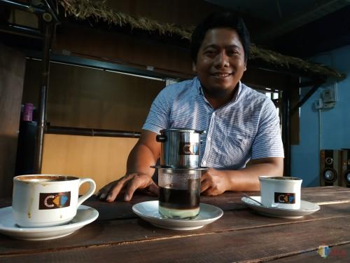 Beberapa sajian kopi yang ditunjukkan oleh pengelola Coffee Times, A. Yahya (foto: Hendra Saputra/ MalangTIMES)