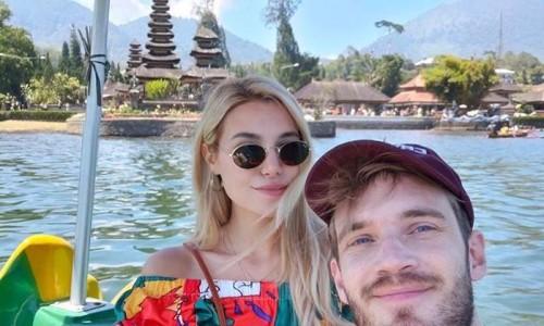 PweDiePie bersama istrinya Maria saat berada di Bedugul.