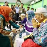 Gubernur Khofifah ketika menyambut para jamaah haji