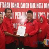 Ketua DPC PDIP Surabaya Adi Sutarwijono (dua dari kiri) ketika menyerahkan formulir pendaftaran kepada Whisnu Sakti.