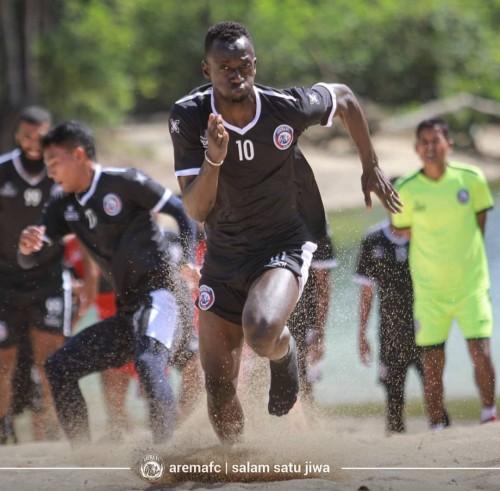 Makan Konate saat menjalani latihan fisik di Pantai Balekambang (official Arema FC)