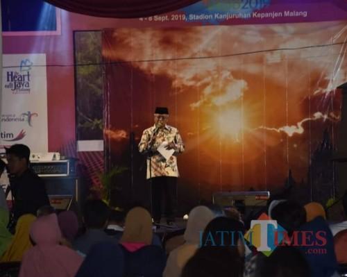 Plt Bupati Malang Sanusi memberikan sambutan pada pagelaran ketoprak yang dimainkan para kepala SMP Dinas Pendidikan Kabupaten Malang. (Humas for MalangTIMES)