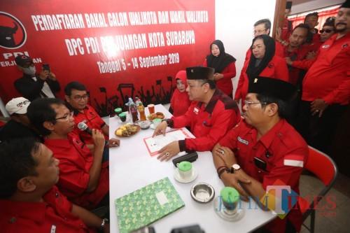 WS ketika mengambil formulir bakal calon wali Kota Surabaya.