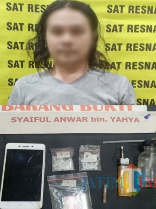 Syaiful Anwar tersangka beserta barang bukti narkoba jenis sabu saat diamankan polisi (Foto : Humas Polres Malang for MalangTIMES)