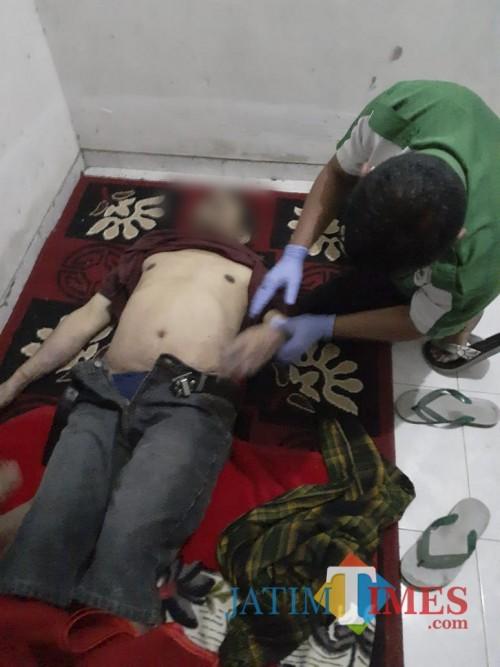 Kondisi jenasah yang nekat mengakhiri hidupnya dengan cara gantung diri usai dievakuasi (Foto : Polsek Wagir for MalangTIMES)