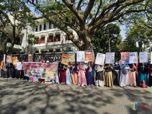 Sejumlah mahasiswa dalam kelompok FMM PB gelar aksi di depan Balaikota Malang (Arifina Cahyanti Firdausi/MalangTIMES)