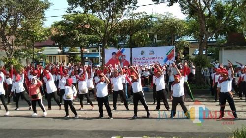 Bupati dan Forkopimda senam bersama di halaman Pemkab diikuti oleh PNS di lingkup Pemkab Tulungagung (foto : Joko Pramono/Jatim Times)