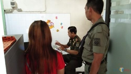 Melati (berbaju merah) saat di bawa Satpol PP di ULT PSAI (foto: Joko Pramono/ JatimTIMES)