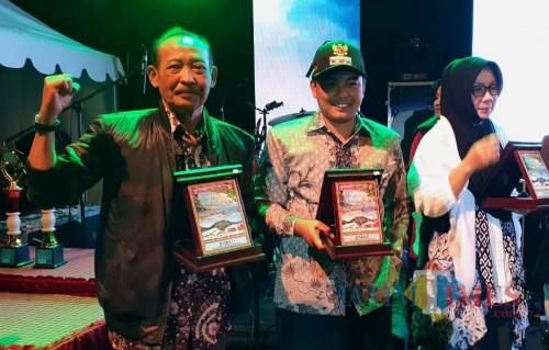 Hafi Lutfi Kepala Dishub Kabupaten Malang (kiri) saat menerima apresiasi stand terbaik dalam expo pembangunan Malang Kabupaten 2019 (Nana)