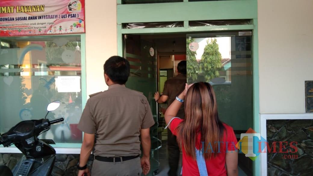 Melati saat diantar satpol PP ke ULT PSAI (foto : Joko Pramono/Jatim Times)