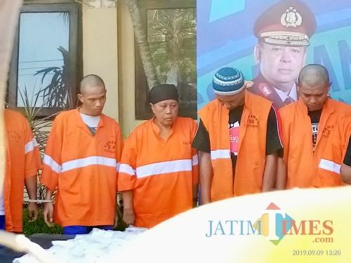Pelaku Sia (62) (berkupluk hitam) saat dirilis di Polres Malang Kota (Anggara Sudiongko/MalangTIMES)