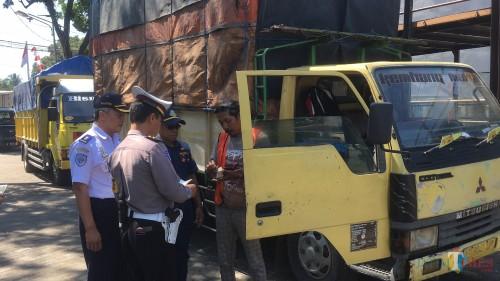 Petugas gabungan saat melakukan razia kendaraan bermuatan di kawasan Jalan Raya Singosari (Foto : Ashaq Lupito / MalangTIMES)