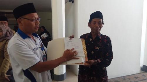 Supriyadi bersama kliennya Khairul Anam menunjukkan bukti laporan yang telah disampaikan ke kepolisian