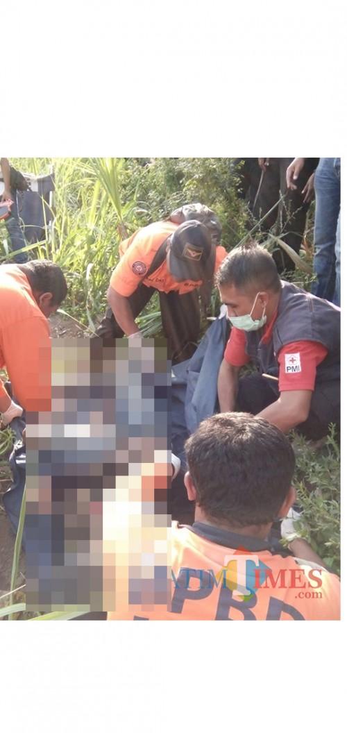 Kondisi jenazah yang ditemukan tergeletak di lahan tebu sesaat sebelum dievakuasi ke kamar mayat RSSA Kota Malang (Foto : Istimewa)