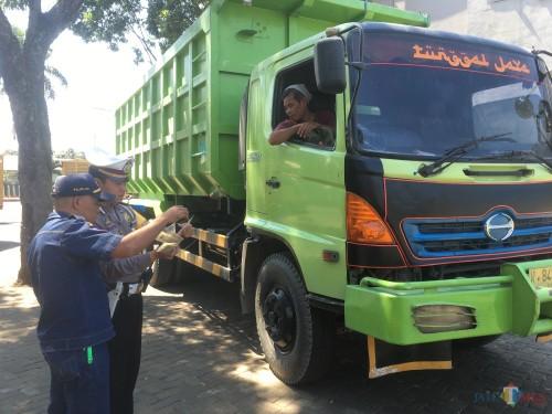 Petugas saat merazia truk dan kendaraan muatan yang kedapatan melanggar ODOL (Foto : Ashaq Lupito / MalangTIMES)