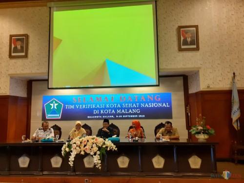 Wali Kota Malang Sutiaji (tengah) saat menerima kunjungan dari Tim Verifikasi Kota Sehat Nasional di Balaikota Malang (Arifina Cahyanti Firdausi/MalangTIMES)