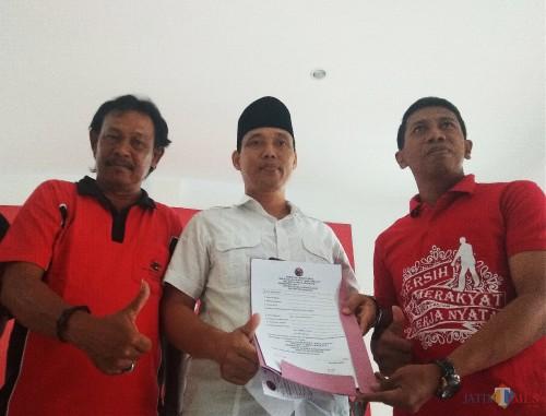 M. Ridwan saat mengambil formulir pendaftaran di Kantor DPC PDI Perjuangan Kabupaten Kediri. (eko Arif s /JatimTimes)