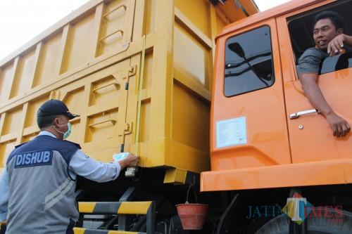 Petugas Dishub saat melakukan razia truk dan kendaraan besar (Foto : Dok. JatimTIMES)