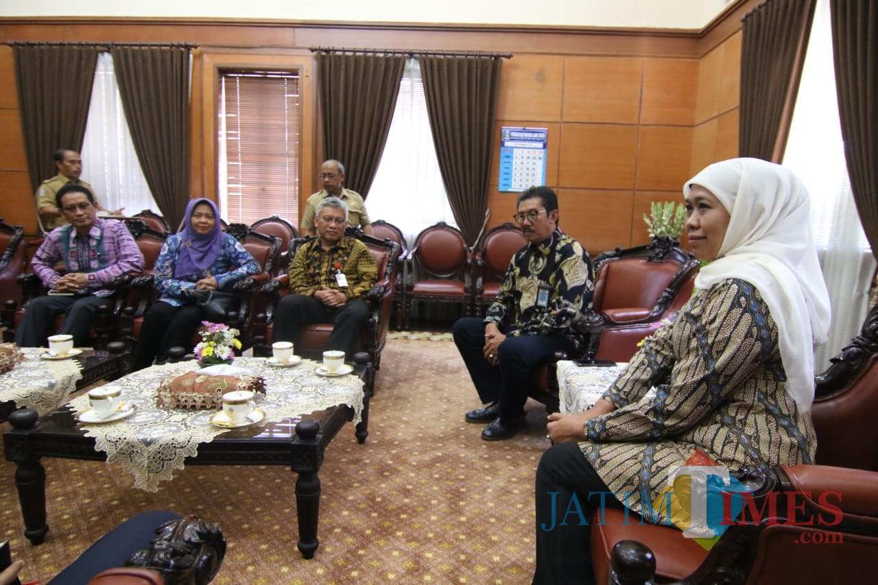 Gubernur Khofifah saat menerima ISEI Cabang Surabaya Koordinator Jawa Timur di Ruang Kerjanya