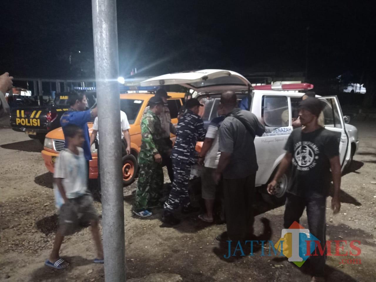 Petugas melakukan evakuasi pada korban Agus Riyanto, nelayan yang tewas di tengah laut (Foto : Istimewa / TulungagungTIMES)