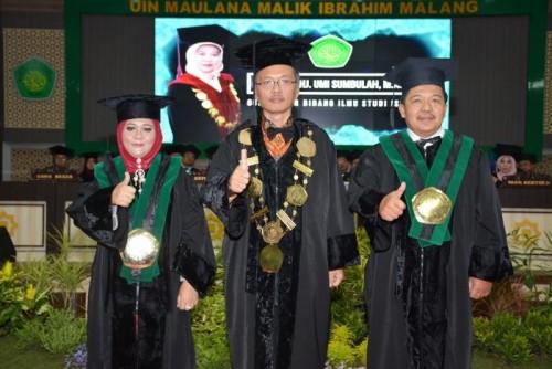 Rektor UIN Malang, Abdul Haris MAg (tengah) bersama dua guru besar baru UIN Malang, Mohamad Nur Yasin (paling kanan) dan Umi Sumbulah (paling kiri). (Foto: Humas)