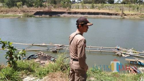 anggota Satpol PP Jatim saat melihat alat penyedot pasir yang masih tergeletak di sekitar sungai di Desa Tapan, Kedungwaru (foto : Joko Pramono/Jatim Times)