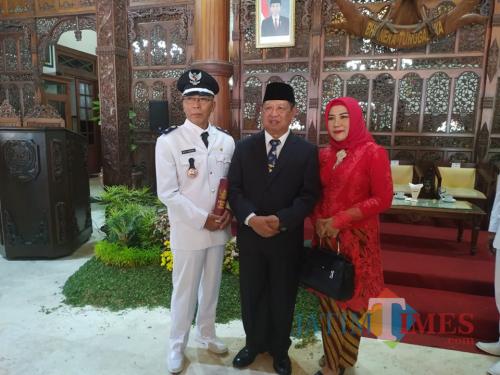 Mujamil, kepala desa Bono terpilih saat foto bersama Bupati Tulungagung Maryoto Birowo (Foto : Anang Basso/Tulungagung TIMES)