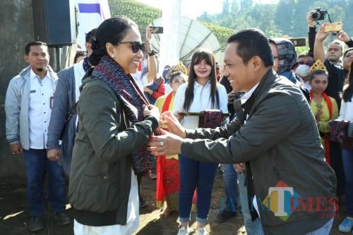 Bupati Lumajang H. Thoriqul Haq mengalungkan sarung yang biasa digunakan warga sekitar Ranu Pane (Foto : Moch. R. Abdul Fatah / Jatim TIMES)
