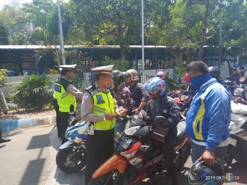 Pihak Kepolisian Polres Malang Kota saat melakukan razia kendaraan di Terminal Landungsari (Anggara Sudiongko/ MalangTIMES)