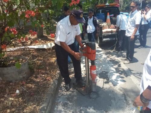 Petugas DPUPR yang melakukan uji core drill (Anggara Sudiongko/ MalangTIMES)