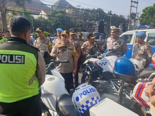 Kapolres Malang Kota, AKBP Dony Alexander SIK, MH saat mengecek sejumlah kendaraan dinas Polres Malang Kota (Humas Makota)