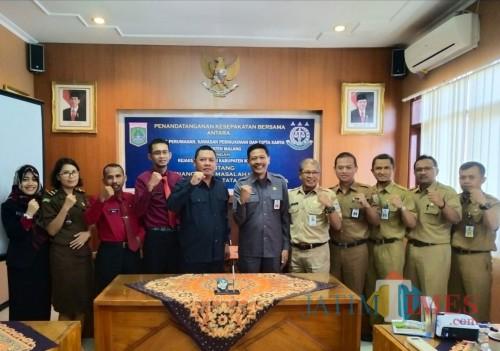Kepala DPKPCK Kabupaten Malang Wahyu Hidayat (6 dari kanan) saat bersama Kejari Kepanjen (Nana)