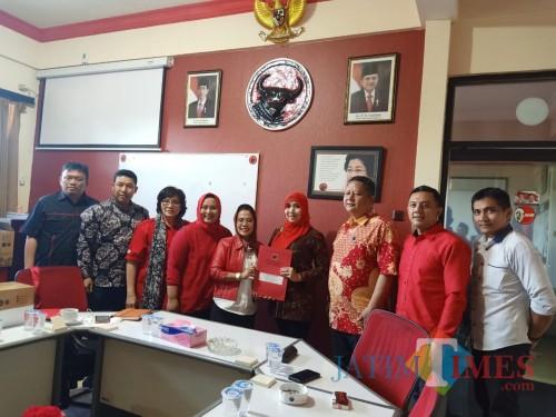 Ning lia saat mengambil Formulir Pendaftaran Cawali Kota Surabaya di DPD PDI Jatim