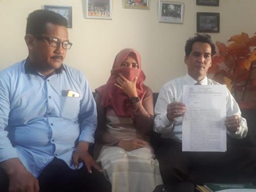 SW (tengah) istri siri KC anggota DPRD Kabupaten Malang saat didampingi kuasa hukumnya ketika melayangkan pengaduan kasus perzinahan ke Polres Malang (Foto : Istimewa)