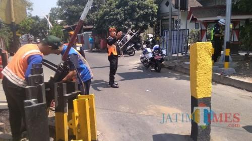 Petugas PT KAI melepas palang perlintasan di Jalan Nias Kota Blitar