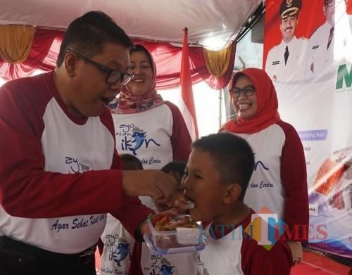 Plt Wali Kota Blitar Santoso mengajak anak-anak di Kota Blitar gemar makan ikan